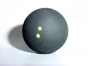 Im Inneren vom Squashball ist ein Tropfen Wasser