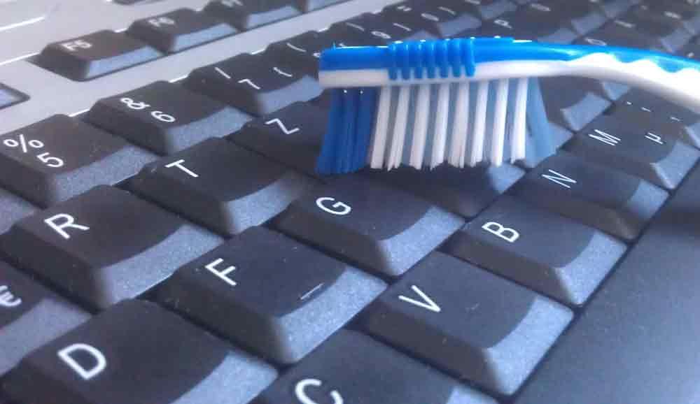 Computertastatur mit einer Zahnbürste richtig reinigen