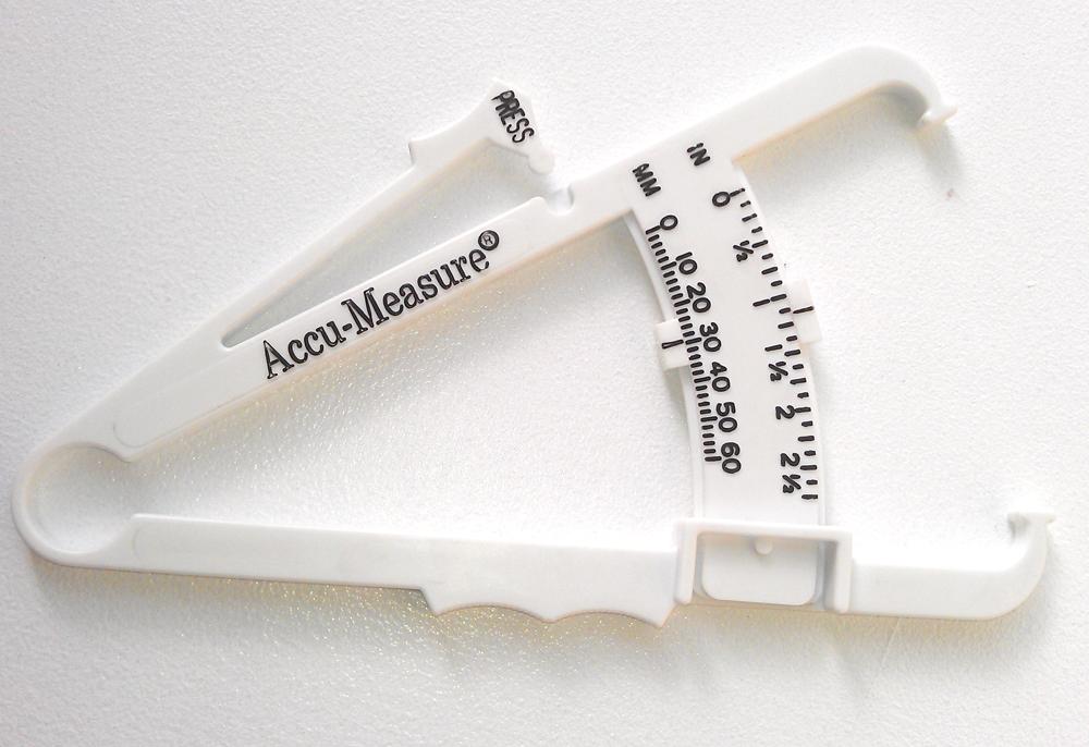 Mit einem Caliper kann man ziemlich genau den Körperfettanteil ermitteln