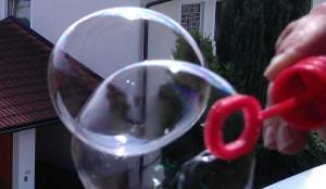 Seifenblasenlösung mit einem geeigneten Seifenblasen-Rezept herstellen